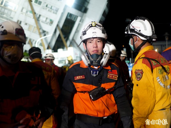 宜蘭消防支援花蓮第五梯次隊員鄭仲凱(右二)。(記者簡惠茹攝)