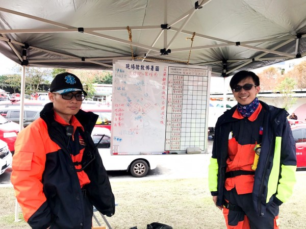 宜蘭消防員兄弟檔藍炳裕(左)和藍炳智(右)都參與這次花蓮救災行動。(記者簡惠茹翻攝)