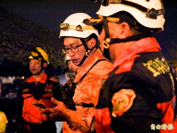 宜蘭消防第五梯次的指揮官陳俊華(右二)和副指揮官歐明達(右一)不斷提醒隊員小心安全。(記者簡惠茹攝)