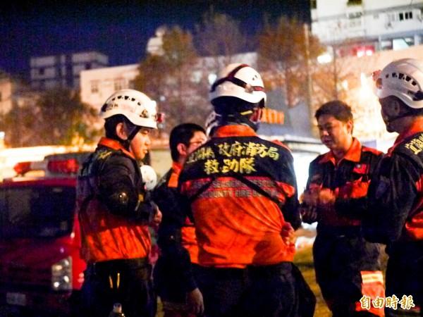 宜蘭消防楊明倫(右二)與弟兄們一起討論注意事項。(記者簡惠茹攝)