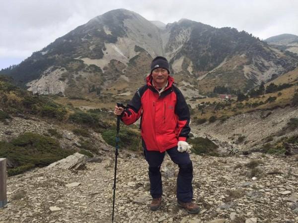 陳金源勤於放假時喜愛爬山,多年下來養成隨身攜帶登山頭燈的習慣,意外幫助他在地震中逃生。(記者王冠仁翻攝)