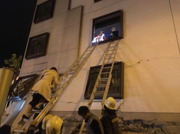 陳金源與林建偉從4樓的窗戶攀爬梯架逃生。(記者王冠仁翻攝)