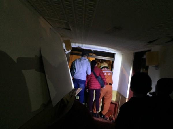 陳金源與林建偉幫助女子逃出房間,再準備由4樓樓梯逃生。(記者王冠仁翻攝)