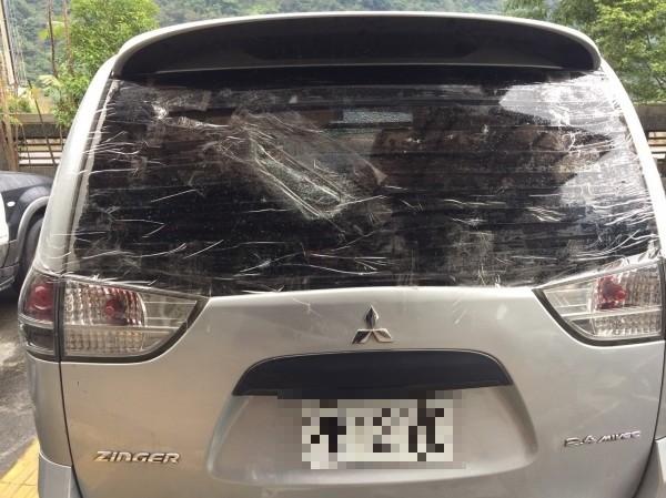 陳金源與林建偉搭乘的公務車後方玻璃遭砸碎。(記者王冠仁翻攝)