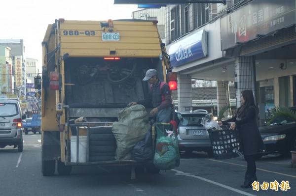 清潔隊員在除夕還要繼續清運垃圾。(記者劉曉欣攝)