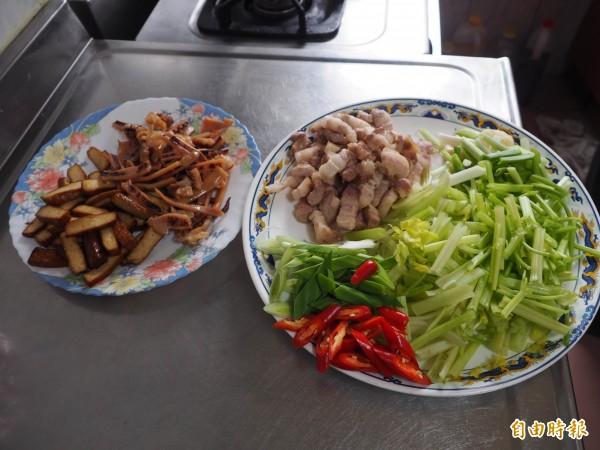 牲禮用的豬肉有部分切小塊,加上配料就是客家小炒。(記者陳鳳麗攝)