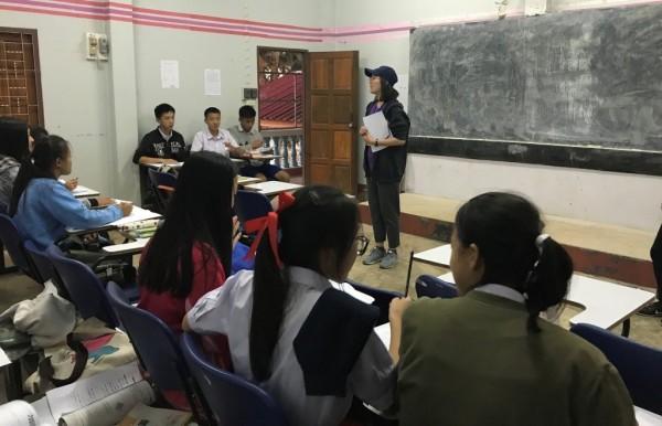 國立金門大學陽光天使社前往泰北,協助當地小朋友學習華文的上課情形。(圖由金門大學提供)