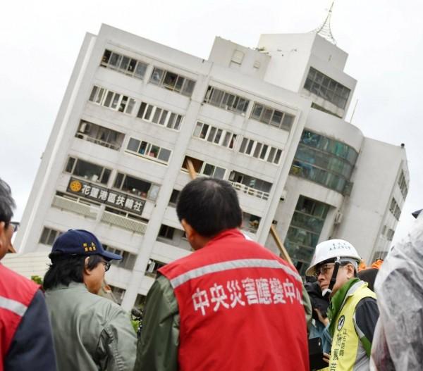 內政部長葉俊榮(左二)率領中央應變災害中心同仁,全力搶救花蓮地震受困民眾。(內政部提供)