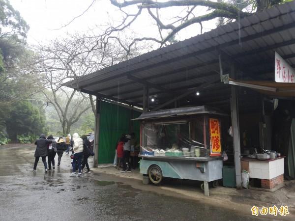 集集野店小吃離火葬場不遠,但仍吸引不少民眾上門用餐。(記者劉濱銓攝)