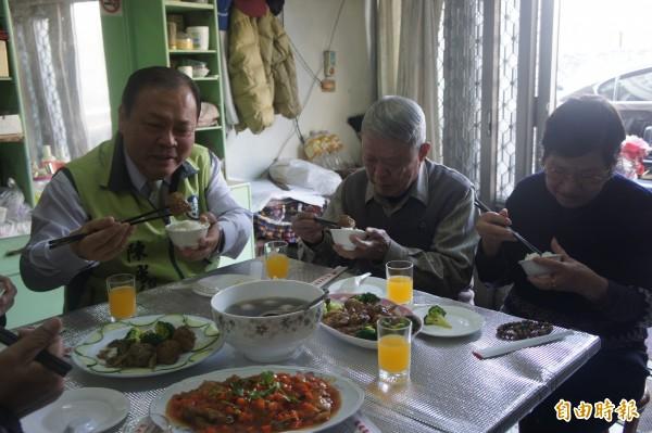 澎湖縣長陳光復與長者們,提前享用愛心年菜的美味。(記者劉禹慶攝)
