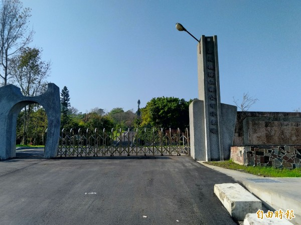 新改建的公有停車場保留舊梅山國中校門入口。(記者曾迺強攝)