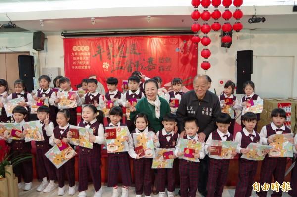 縣長張花冠與議長張明達致贈水上鄉幼能幼兒園孩童每人1份2018台灣燈會「達力狗」小提燈與小紅包,讓孩童提前感受年節氣氛。(記者曾迺強攝)