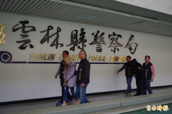 阮嫌(前中)、莊嫌(後中)涉嫌偽造千元大鈔被捕。(記者林國賢攝)