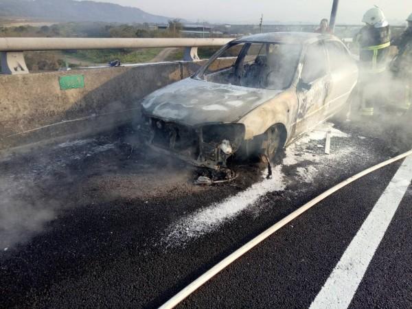 車子從引擎蓋內開始冒火,車前身被燒到只剩骨架。(記者鄭名翔翻攝)