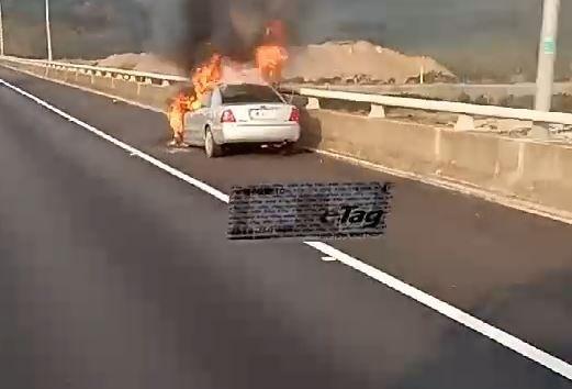 國道一號中山高速公路苗栗到銅鑼路段南下136公里處,今早再傳一起火燒車意外。(記者鄭名翔翻攝)