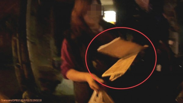 警方逮人查扣簽單等證物。(記者羅欣貞翻攝)