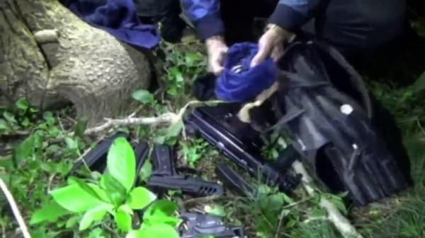 警方昨收網起出大批槍彈。(記者許國楨翻攝)