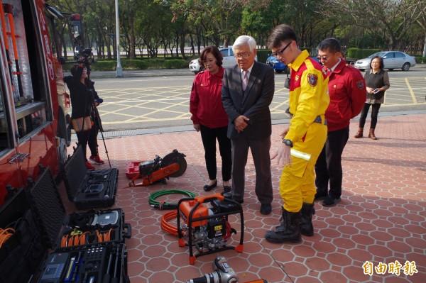 雲林縣長李進勇(左2)聽取特搜隊員簡報各種救災機具功能。(記者林國賢攝)
