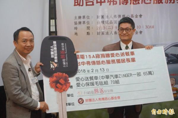 台積電15A廠廠長 林廷皇(左)代表捐贈愛心送餐車,由慈心基金會董事長楊益松(右)代表接受。(記者歐素美攝)
