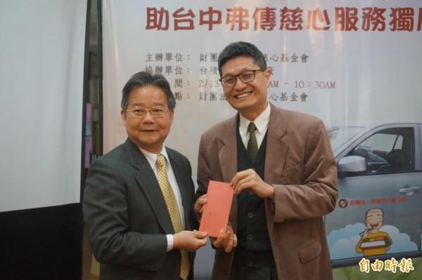 中部科學工業區管理局長陳銘煌(左),並當場捐出1萬元,希望協助慈心基金會照顧在地弱勢長輩。(記者歐素美攝)