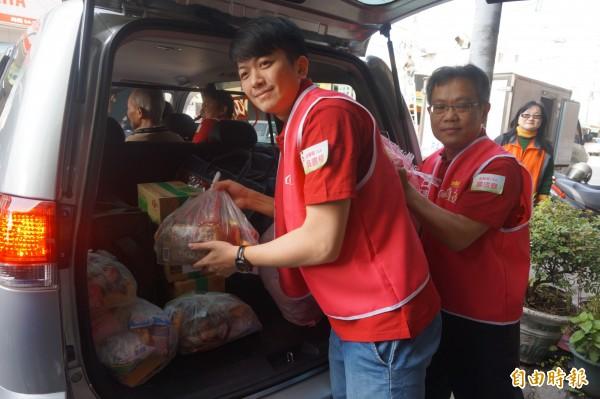 慈心基金會台利用積電15A廠捐贈的愛心送餐車,展開送餐服務。(記者歐素美攝)