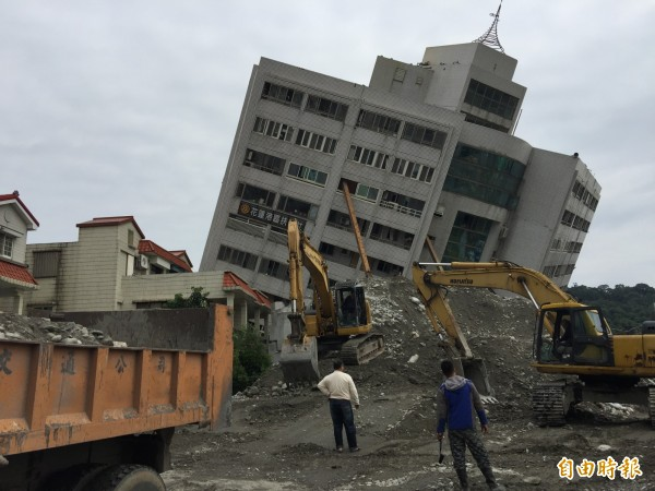 花蓮傾塌的雲門翠堤大樓因樓高逾40公尺,拆除作業困難重重,技師僅能逐步推置土方、墊高施作平台,但目前的推疊高度仍不及目標一半,台灣省土木技師公會評估,就算日夜趕工,恐怕也得拆到年後才能完全拆除。 (記者王峻祺攝)