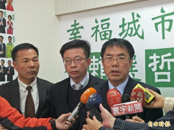 黃偉哲(右)今日針對周刊爆料召開記者會回應。(記者邱灝唐攝)