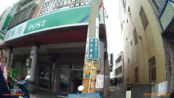 王佳甄在清水區鎮政路南社郵局意外發現通緝犯。(記者張軒哲翻攝)