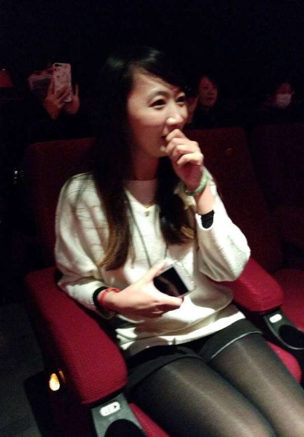 彰化縣文化局新聞聯絡人施怡如,看到男友公開求婚,嬌羞到說不出話來。(記者劉曉欣翻攝)