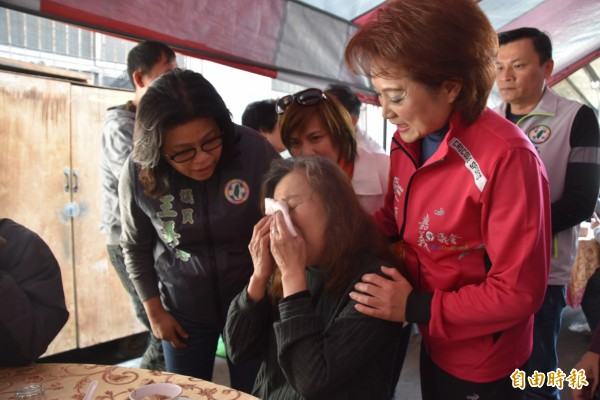 嘉義市議長蕭淑麗(右)、市議員王美惠(左)關心受災戶。(記者林宜樟攝)