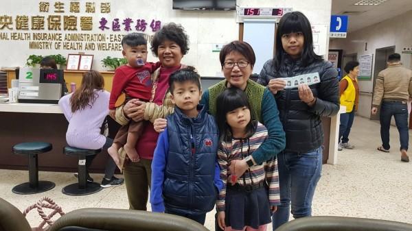 花蓮地震受災戶吳美樺一家人成功取得新健保卡。(衛福部健保署提供)