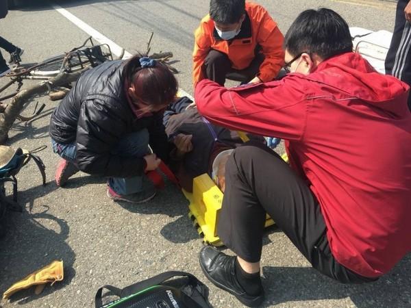 熱心助人的蔡昀蓁提醒,遇到車禍事故時,切勿任意移動傷患。(記者鄭名翔翻攝)