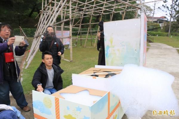 香格里拉樂園引進國外最夯的超級雲朵機,製作各式造型的泡泡雲朵。(記者鄭名翔攝)