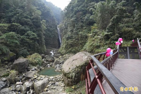 竹山瑞龍瀑布園區步道經過整修後,遊客可在觀景台欣賞瀑布與森林峽谷美景。(記者劉濱銓攝)