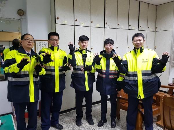 永和分局贈送400雙防寒手套給基層同仁。(記者陳薏云翻攝)