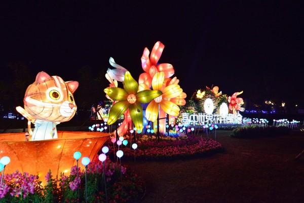 「台中花博燈區」結合石虎及台中著名花卉,十分吸睛。(市府提供)