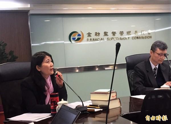 保險局副局長蔡麗玲(圖左)表示,修訂辦法後,資產規模逾兆元的保險公司,必須設立資安長與法遵長。(記者王孟倫攝)