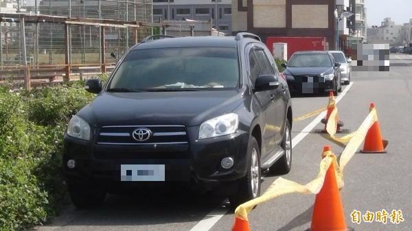 林姓男子在自家休旅車疑似燒炭自殺,現場拉起封鎖線。(記者劉禹慶攝)