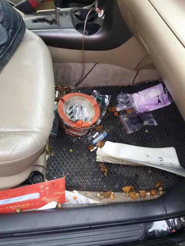 休旅車副駕駛座相當髒亂,有燒炭火盆。(澎湖縣政府消防局提供)