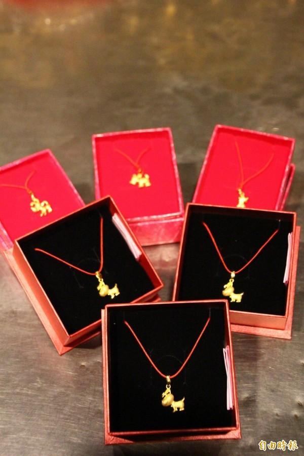 朴子天公壇提供金飾讓前來參與開廟門的信眾摸彩。(記者林宜樟攝)
