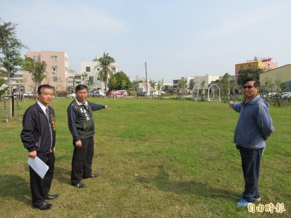 市議員李天生(中)爭取在原大里第三公墓的綠地興建800平方公尺的溜冰場。(記者蘇金鳳攝)