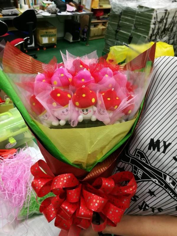 漂亮的香菇玫瑰,細看每朵玫瑰都是一個香菇娃娃,十分可愛。(新社區農會提供)