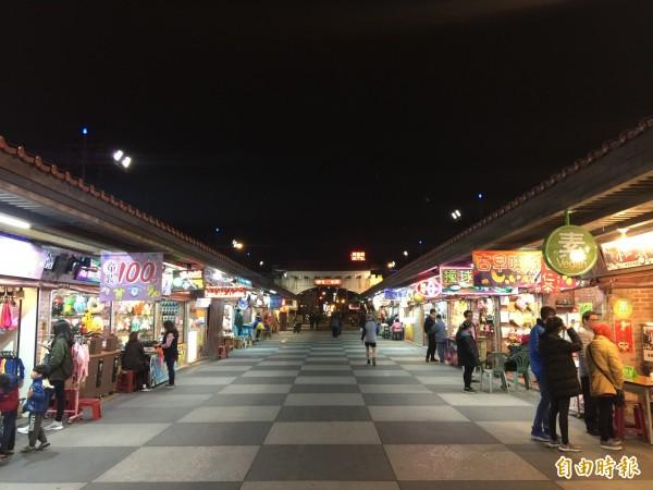 花蓮東大門夜市受地震後觀光客銳減影響,原本應該擠滿人的街道,現在宛如空城,相當蕭條。(記者王峻祺攝)