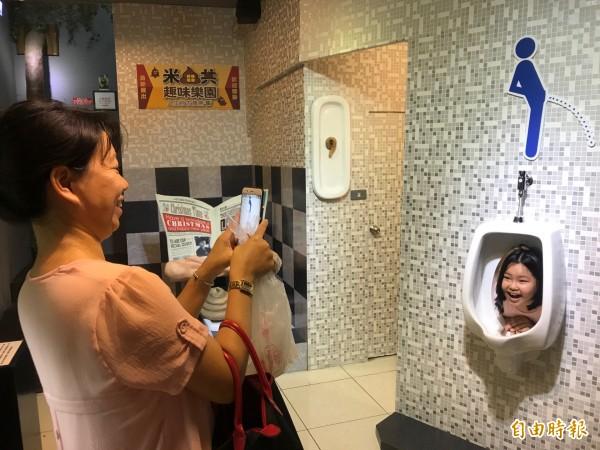 內灣另類米田共趣味樂園,讓遊客體驗台灣廁所文化。(記者蔡彰盛攝)