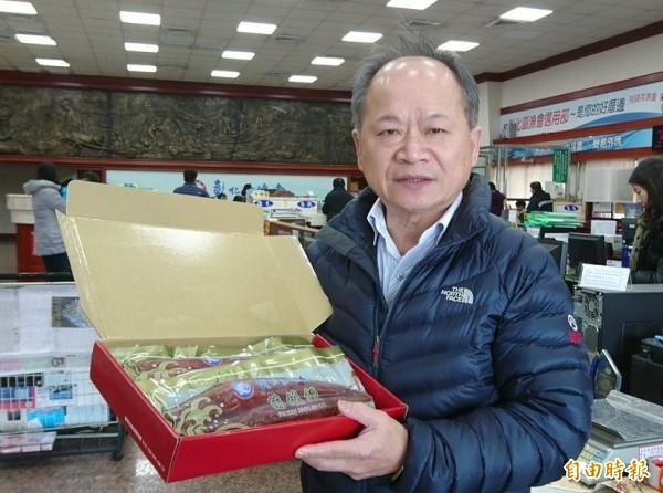 彰化區漁會供銷部主任楊騰煌強調,因為進貨原料已大漲,只好調漲蒲燒鰻價格。(記者劉曉欣攝)