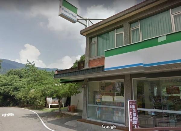 位於苗栗縣南庄鄉南庄橋旁的全家便利商店,擅自封閉一旁的公廁引發爭議。(翻攝google map)