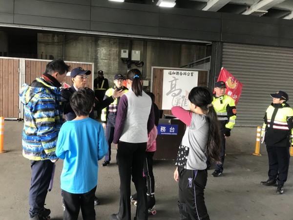 新北市政府警察局永和分局於福和橋下設置「機動派出所」。(記者陳薏云翻攝)
