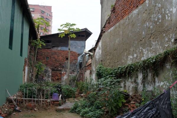 鄭嘉德依陳男40多年前記憶,找到楊婦家,但眼前已成一片廢墟。(記者王捷翻攝)