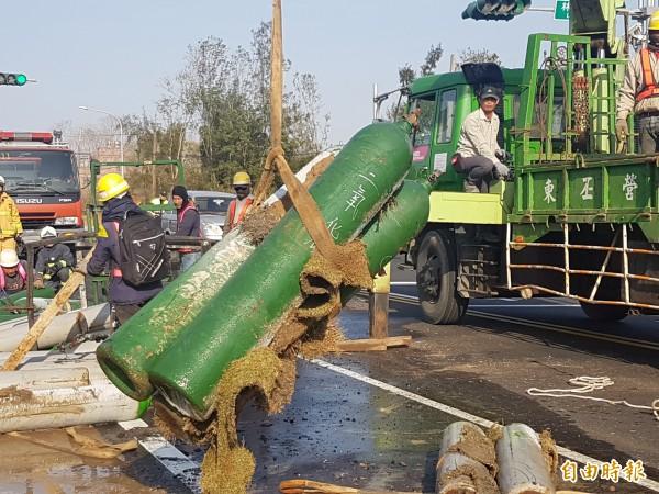 東丕營造將掉落地上的二氧化碳鋼瓶,吊上卡車載回。(記者吳正庭攝)
