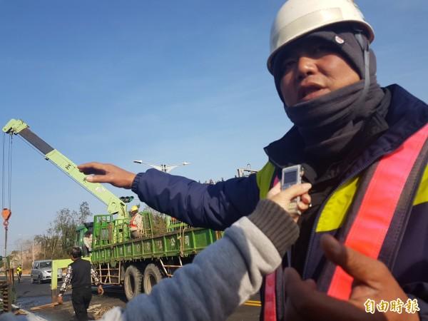 東丕營造作業主管蔡騰逸出面說明事發經過。(記者吳正庭攝)